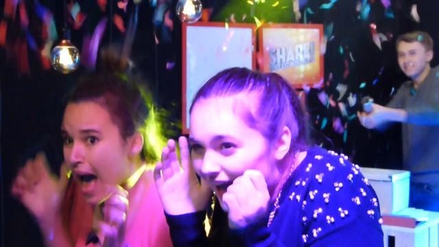 Les filles se font bombarder de confettis